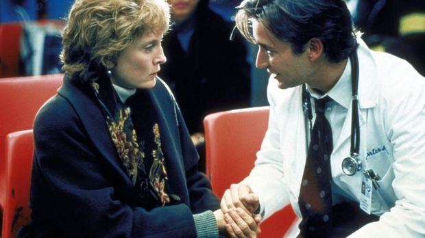 Dr. Carter (Noah Wyle, r.) verspricht Mrs. Richards (Laurie O'Brien, l.), ihr...