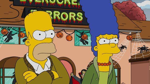 Da Lisa Angst vor der Halloween-Dekoration hat, beschließen Homer (l.) und Ma...