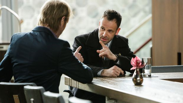 Als Sherlock Holmes' (Jonny Lee Miller, r.) Bruder Mycroft (Rhys Ifans, l.) i...