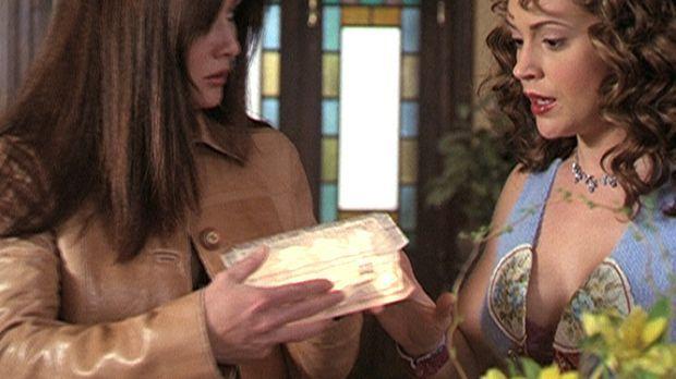 Prue (Shannon Doherty, l.) und Phoebe (Alyssa Milano, r.) finden eine Box, di...