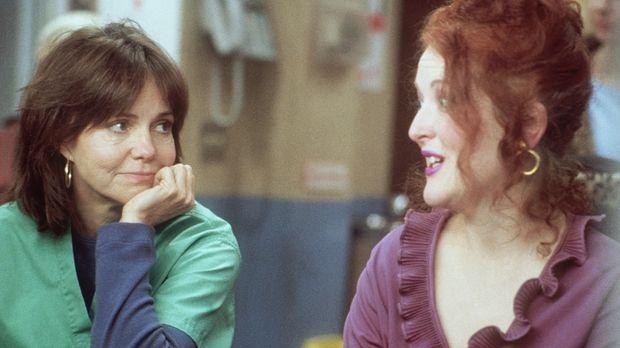 Maggie (Sally Field, l.) lauscht Judy (Jane Edith Wilson, r.), die Elvis-Song...