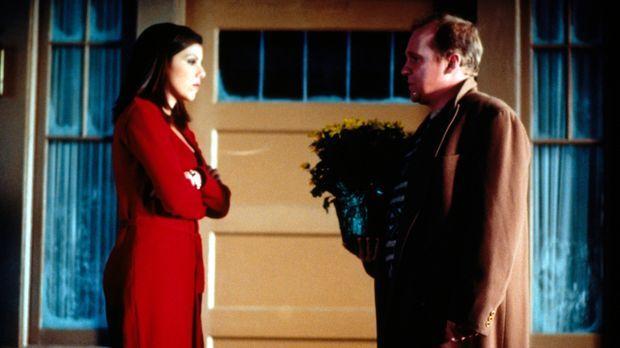 Nach seiner blöden Aktion, bittet Victor (Peter Firth, r.) Lydia (Heather Pai...