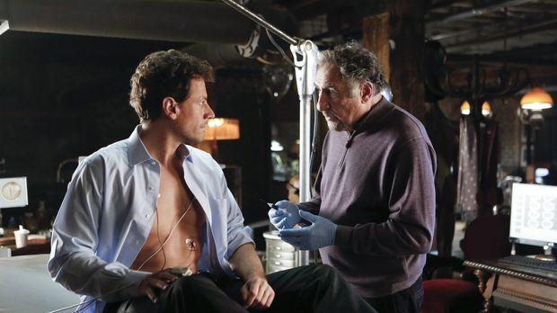 Abe (Judd Hirsch, l.), der Henrys (Ioan Gruffudd, r.) Geheimnis kennt, wagt e...
