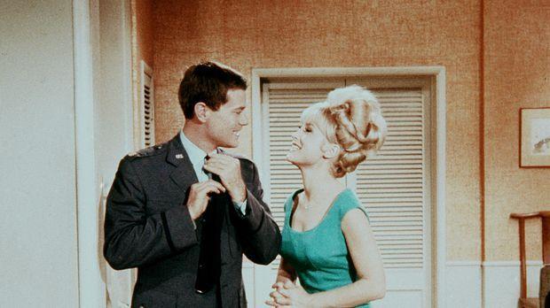 Tony (Larry Hagman, l.) teilt Jeannie (Barbara Eden, r.) mit, dass er von Rog...