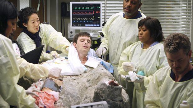 Callie (Sara Ramirez, l.), Cristina (Sandra Oh, 2.v.l.), Webber (James Picken...