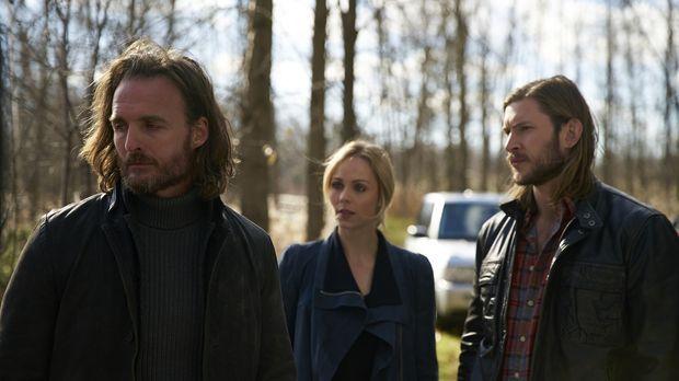 Elena (Laura Vandervoort, M.) und Clay (Greyston Holt, r.) bieten Jeremy (Gre...