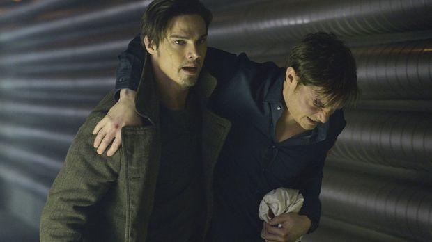 Vincent (Jay Ryan, l.) versucht den verletzten Evan (Max Brown, r.) in Sicher...