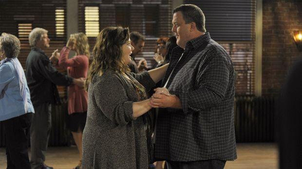 Während Molly (Melissa McCarthy, l.) plant, mit Mike (Billy Gardell, r.) zu e...