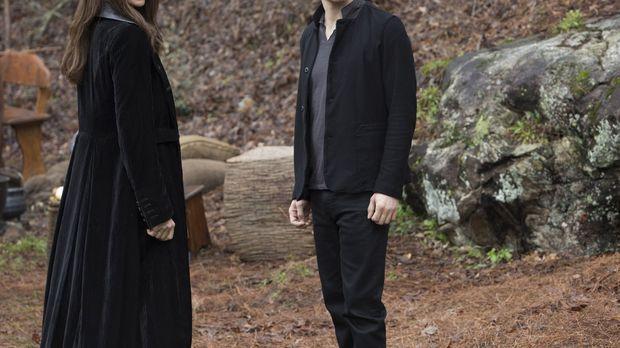 Dahlia (Claudia Black, l.) lässt Klaus' (Joseph Morgan, r.) Seele in eine ihr...