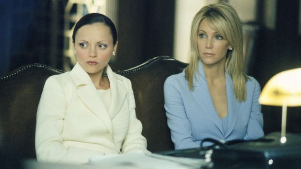 Liza (Christina Ricci, l.) verteidigt  Nicole Naples (Heather Locklear, r.),...