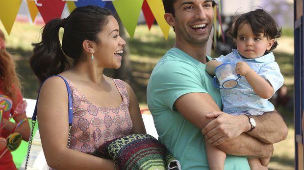 Planen Mateos ersten Geburtstag: Jane (Gina Rodriguez, l.) und Rafael (Justin...