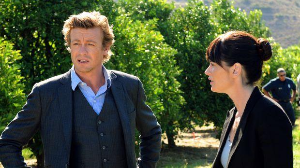In einer Obstplantage werden die Leichen gefunden: Teresa (Robin Tunney, r.)...