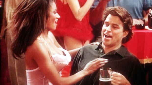 Jefferson (Ted McGinley, r.) feiert mit einer Schönen in der Nacktbar seinen...