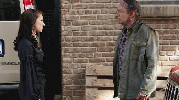Der Geist von Adam Godfrey (David Paymer, r.) nimmt Kontakt zu Melinda (Jenni...
