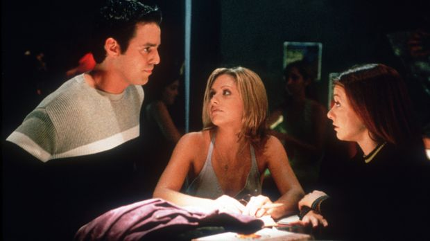 Xander (Nicholas Brendon, l.), Buffy (Sarah Michelle Gellar, M.) und Willow (...