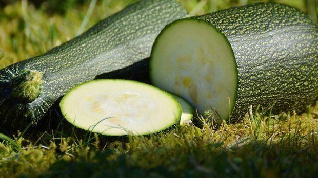Zucchini sind mit circa 17 Kalorien pro 100 Gramm nicht nur kalorienarm, sond...