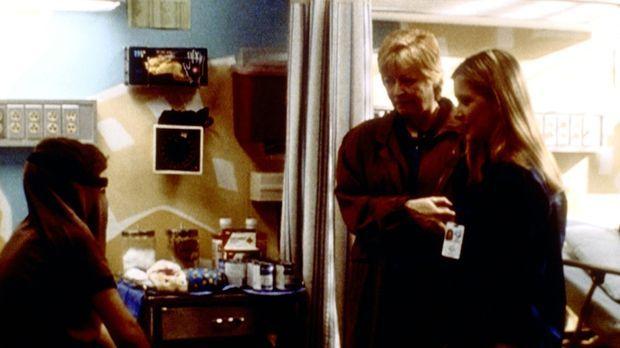Lucy (Kellie Martin, r.) versucht mit viel Geduld, zu dem schwererziehbaren S...