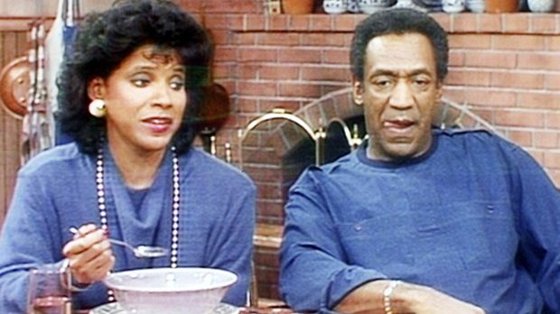 Clair (Phylicia Rashad, l.) isst das Essen, das ihr Mann Cliff (Bill Cosby, r...