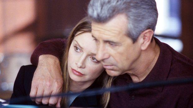Ally (Calista Flockhart, l.) sucht Trost bei ihrem Vater George (James Naught...