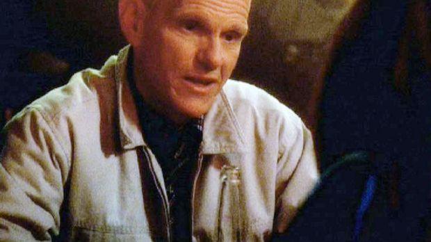Sergeant Bill Atlas (Steve Rankin) äußert einer Journalistin gegenüber, dass...