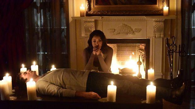 Verzweifelt versucht Bonnie (Kat Graham, hinten), Damons (Ian Somerhalder, vo...