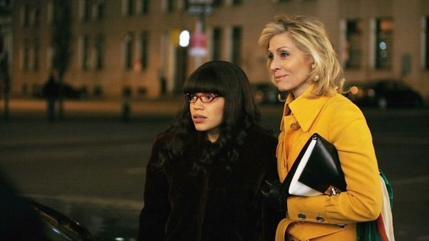 Haben ein Problem: Betty (America Ferrera, l.) und Claire (Judith Light, r.)...