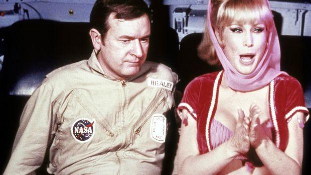 Jeannie (Barbara Eden, r.) zaubert Tony während eines Weltraumfluges nach Hau...