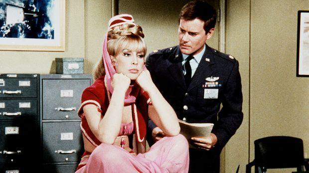 Jeannie (Barbara Eden, l.) und Tony (Larry Hagman, r.) machen sich um ihren F...