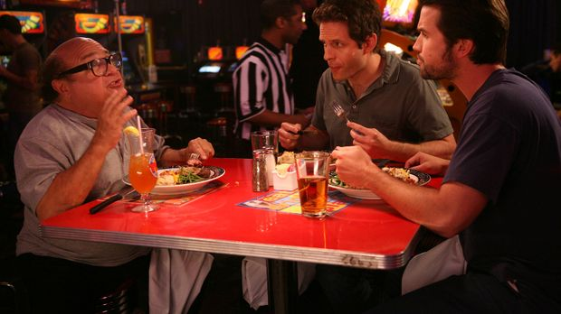 Frank (Danny DeVito, l.), Dennis (Glenn Howerton, M.) und Mac (Rob McElhenney...