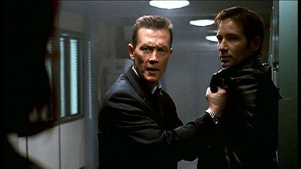 Doggett (Robert Patrick, M.) vertraut Mulder (David Duchovny, r.) nicht mehr...