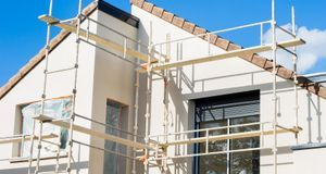Ein Gerüst erleichtert Ihnen die Arbeit, wenn Sie Ihre Fassade streichen möch...