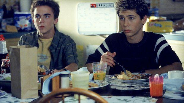 Malcolm (Frankie Muniz, l.) und Reese (Justin Berfield, r.) spitzen beim Früh...