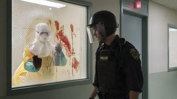Als Jake (Chris Wood, r.) im Krankenhaus erkennt, wie schlimm der Ausbruch wi...