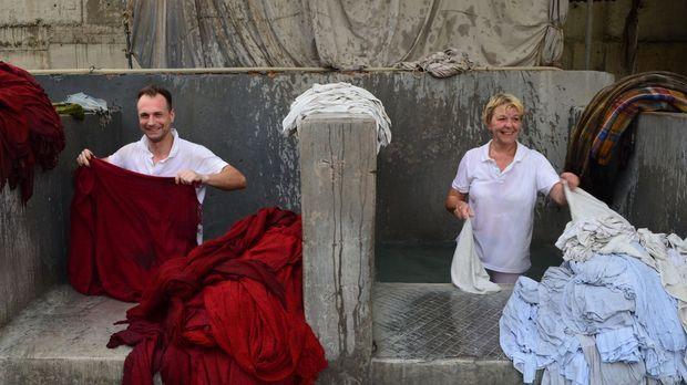 Die Wäschereiangestellten Ele (34) und Nanni (54) schlagen sich durch den ind...
