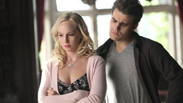 Stefan (Paul Wesley, r.) versucht Caroline (Candice Accola, l.) dabei zu helf...
