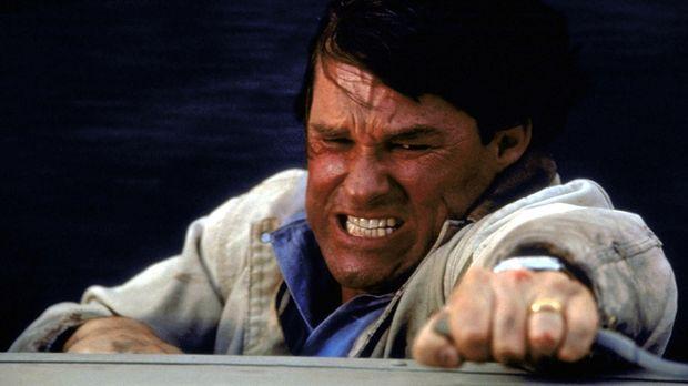 Als Jeff (Kurt Russell) sich daran macht, selbst Licht in die rätselhafte Ang...