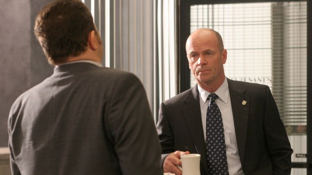 Det. Nick Vera (Jeremy Ratchford, l.) teilt Lt. John Stillman (John Finn, r.)...