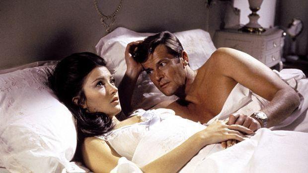 Jane-Seymour-Roger-Moore-James-Bond-Live-and-let-Die-1973-WENN-com