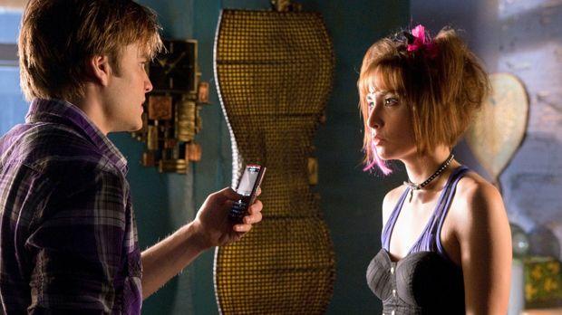 DIe Superheldenzwillinge Jayna (Allison Scagliotti, r.) und Zan (David Gallag...