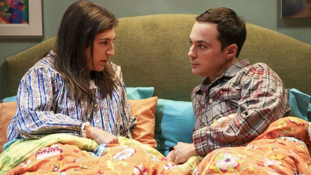 Sheldon (Jim Parsons, r.) willigt ein, fünf Wochen gemeinsam mit Freundin Amy...