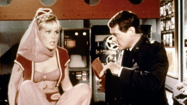 Jeannie (Barbara Eden, l.) hat Mitleid mit ihrem Meister (Larry Hagman, r.) u...