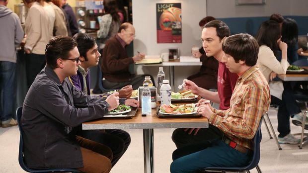 Noch ahnen Leonard (Johnny Galecki, l.), Raj (Kunal Nayyar, 2.v.l.), Sheldon...