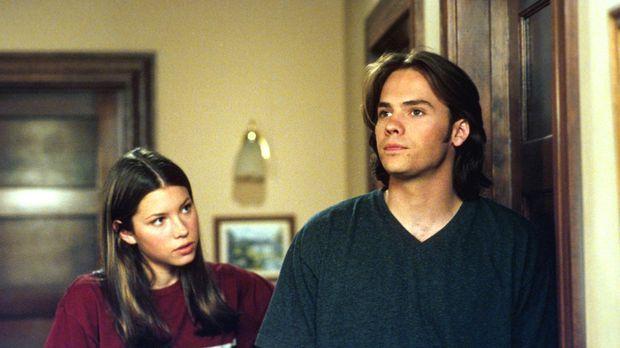 Zwischen Matt (Barry Watson, r.) und Mary (Jessica Biel, l.) kommt es mal wie...