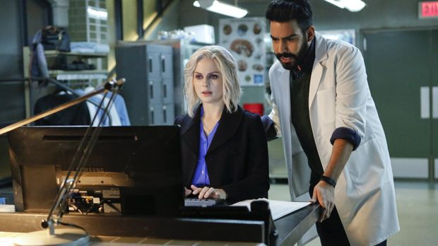 Liv (Rose McIver, l.) stellt Nachforschungen über Drake an und Ravi (Rahul Ko...