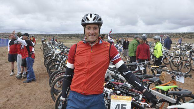 Vor der 24 Stunden Fahrradtour ist Ben Fogle noch frohen Mutes ... © Tom Payn...
