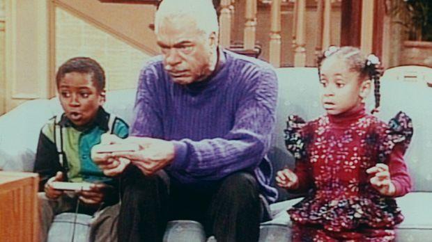 Großvater Russel (Earle Hyman, M.) lässt sich von Olivia (Raven Symone, r.) u...