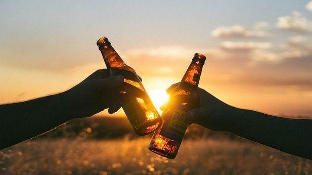 Bierflaschen im Sonnenuntergang