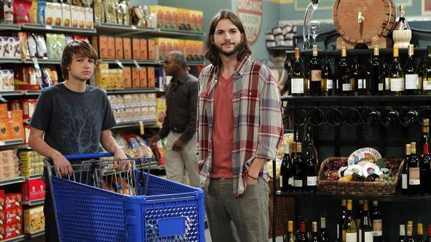 Beim Einkaufen erspähen Jake (Angus T. Jones, l.) und Walden (Ashton Kutcher,...