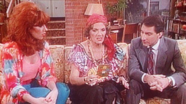 Die Wahrsagerin Madame Olga (Carmen Zapata, M.) prophezeit Peggy (Katey Sagal...