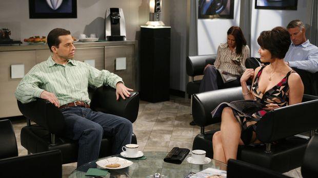 Alan (Jon Cryer, l.) bringt Charlies Auto zur Inspektion und lernt dabei Dian...